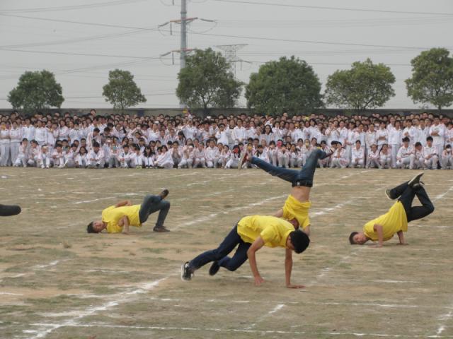 学生社团街舞表演.jpg